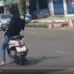 【動画】え?このバイクの人、寝ちゃってるぅ!?