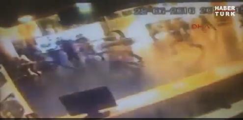 トルコのイスタンブール・アタチュルク国際空港で自爆テロが発生。衝撃的な爆発の瞬間の動画。