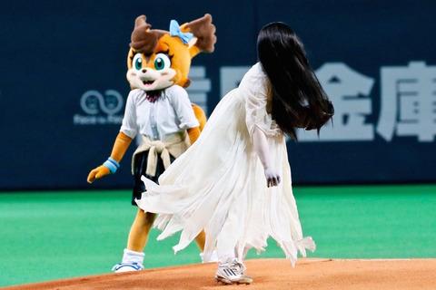 「リング」の貞子と「呪怨」の伽椰子&俊雄がスタジアムで真剣勝負!球場はエライ事に…!