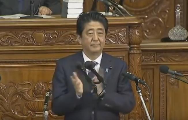 安倍総理の所信表明演説の途中で自民党議員が突如全員起立し、拍手喝采!ネットの声「気持ち悪い…」