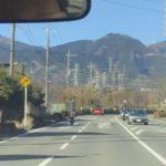 【驚愕動画】神奈川・秦野市で「有り得ない乗り方」でバイクを運転する男性が発見される!ネット「危険すぎ」「どうやって停まるの?」