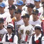 【甲子園】夏の高校野球の開会式でプラカードを持っていた女子生徒が熱中症で倒れるも、何事もないように式が続行!→ネット上では疑問の声!