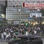 【危ない】渋谷駅前のスクランブル交差点でカーチェイス!大勢の人が行き交う横断歩道に信号無視のワゴン車が突入し、あわや大事故寸前に!