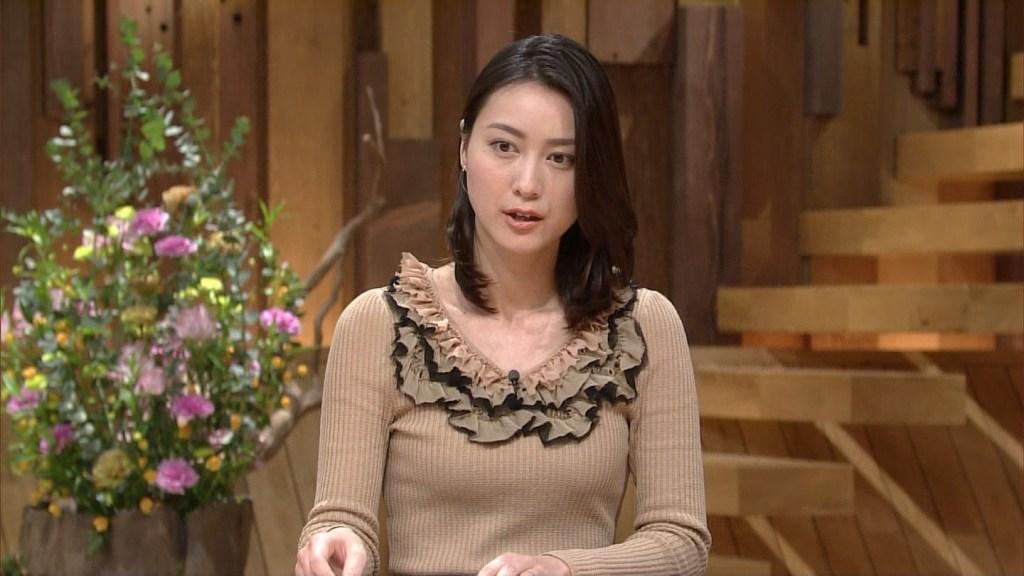 大きなフリルのついたタイトな衣装を着ている小川彩佳のセクシーな画像