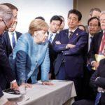 """G7サミット、独メルケル首相が米トランプ大統領の""""懲罰関税""""に抗議する写真が話題に!安倍総理は困ったように腕組み!ネット「まるで絵画みたい」"""