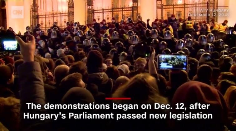 ハンガリーで長時間労働に繋がる「奴隷法」に反対する大規模デモ!党派を超えて労働者が団結し、オルバン政権に強く抗議!一部参加者が警官と衝突も!