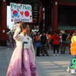 【いいね】浅草で韓国人女性がフリーハグを決行→多くの日本人が彼女に駆け寄りハグ!ネット「涙が出てきた」「ありがとう」