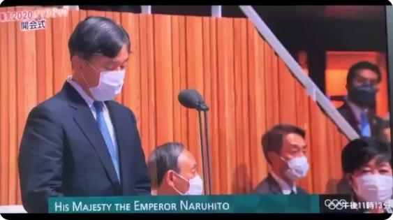 【みっともない】天皇陛下の開会宣言に、座ったままだった小池知事と菅総理が途中で慌てて起立!「一部始終」がテレビで流れ批判が殺到!
